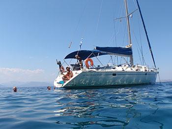 Vida a bordo de un barco velero en Grecia