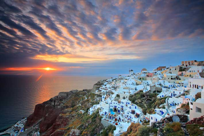 El rito de la puesta de Sol en la Isla de Santorini, en Oia.